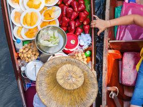 Preise auf dem Schwimmender Markt Damnoen Saduak in Thailand